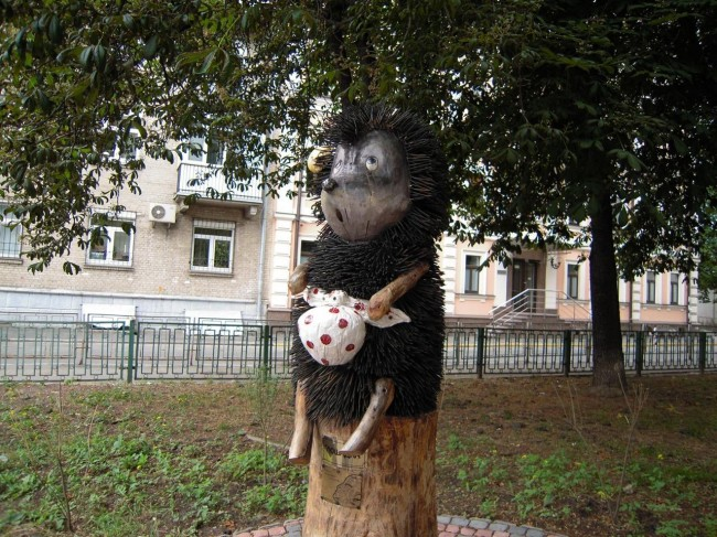 Скульптура из шурупов Ежик в тумане скульптор Константин Скритуцкий, центр Киева