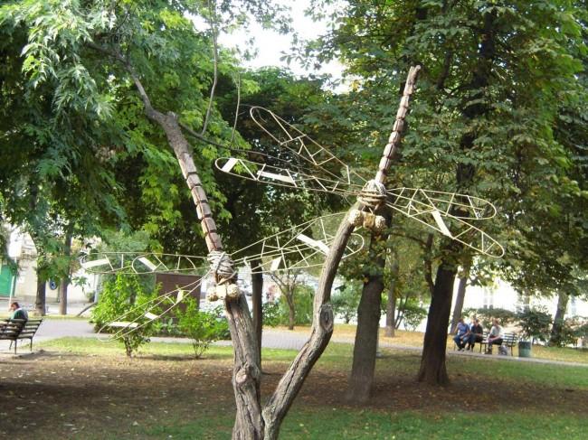 Скульптура из дерева - Стрекозы, скульптор Константин Скритуцкий, в парке Гончара