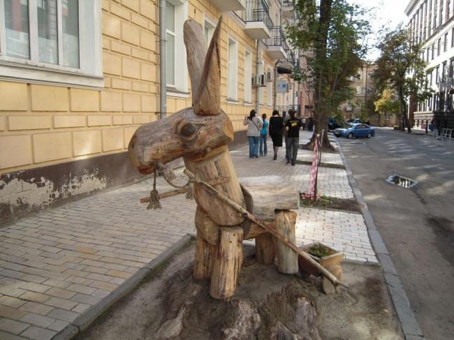 Ослик с тележкой, скульптура Константина Рыльского, Киев, дерево