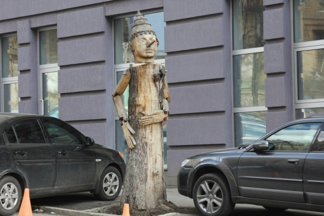 Скульптура из дерева Буратино на улице Гончара, скульптор Константин Скритуцкий