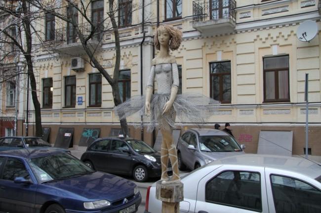 Скульптура из дерева на улице Стрелецкой, Балерина, скульптор Скритуцкий