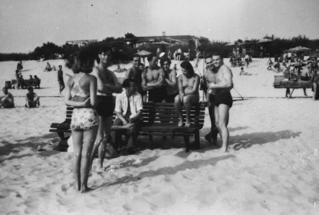 1942 год. Киевские девушки на пляже Труханова острова в компании немецких солдат