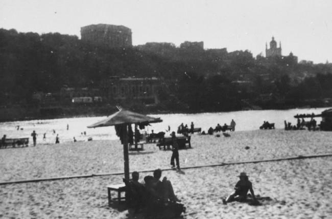 Труханов остров, пляж на Днепре в Киеве в 1942 году