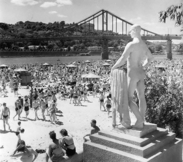Труханов остров на Днепре в 1954 году, пляж, Пешеходный мост