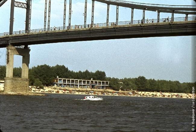 Вид на Труханов остров и Пешеходный мост в 1964 году