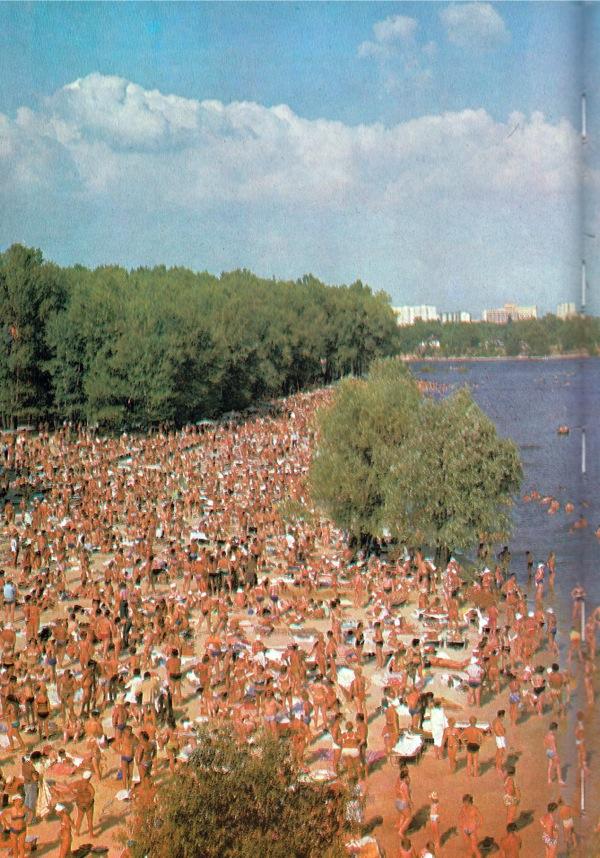 1980-е годы. На пляже Труханова острова. Какое-то фантастическое количество людей.