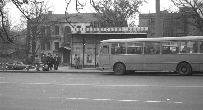 На остановке Владимирский рынок на улице Горького в 80-е годы в Киеве