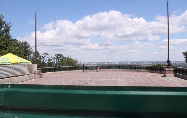 Аварийный забор вокруг смотровой площадки на склонах Днепра