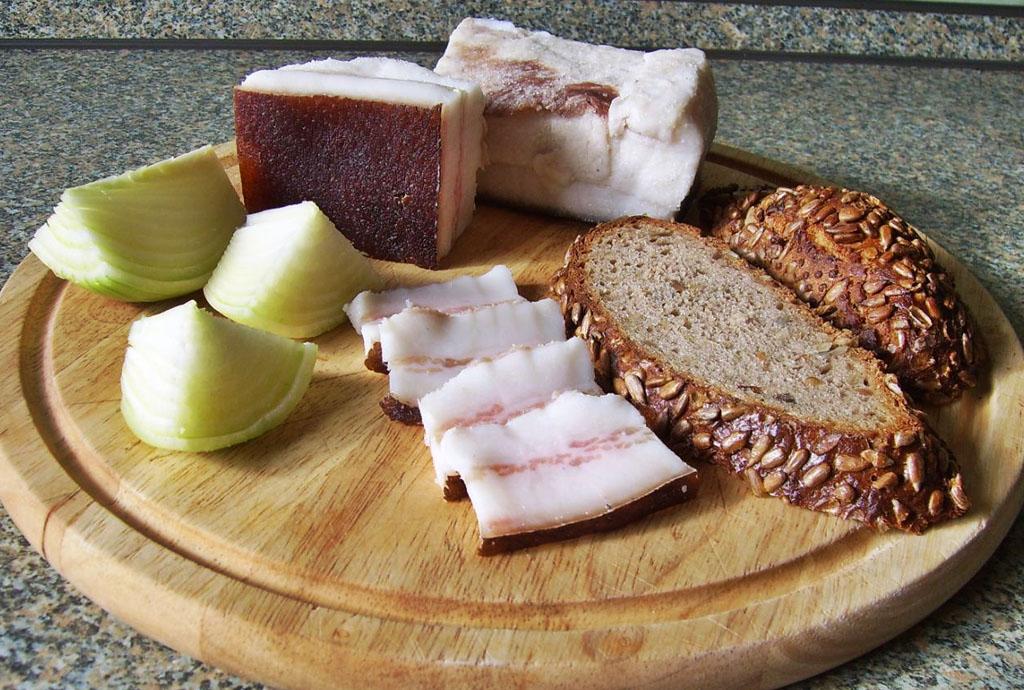 Черный хлеб, сало, лук - закуска к водке