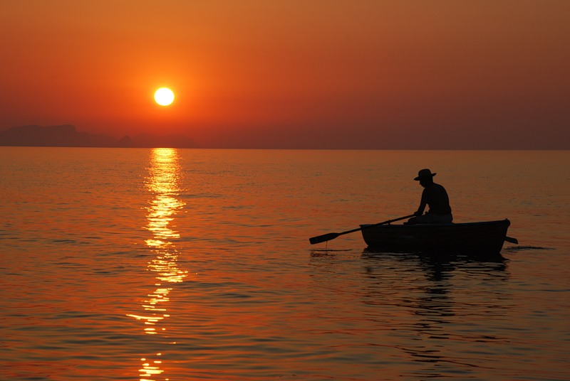 картина лодка на закате индия