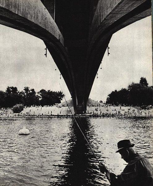 Рыбак под Венецианским мостом в киевском Гидропарке