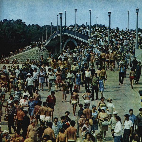 Пляжники на Венецианском мосту в Киеве, Гидропарк
