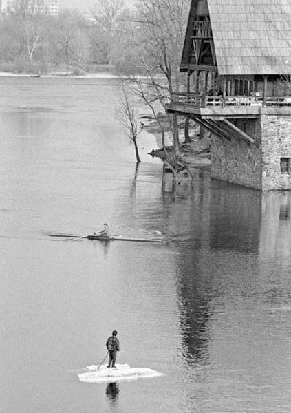 Человек на весеннем льду, март, 91 год, Гидропарк, Днепр, Киев