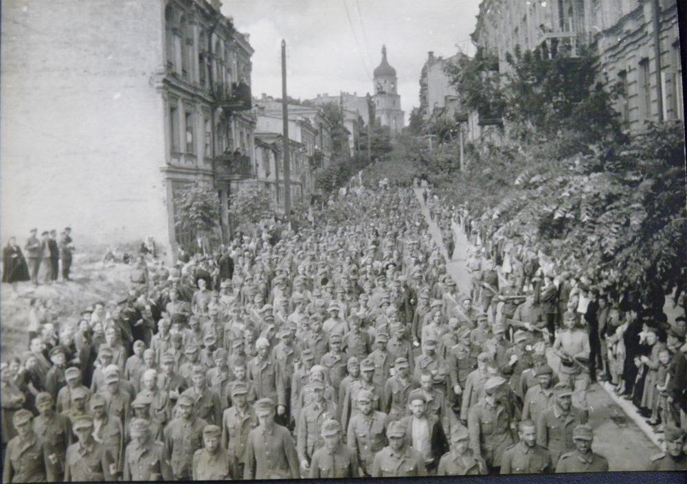 Пленные немцы идут по Киеву, Софиевская улица в 44 году