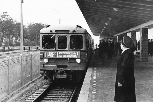 Станция метро Дарница