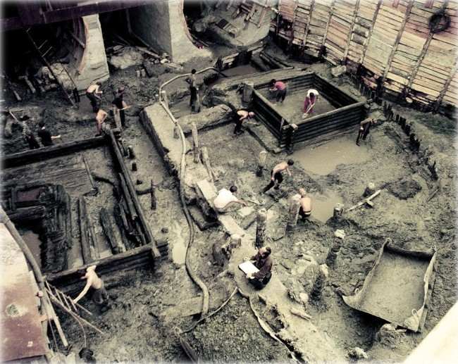 1970-е годы. Строительство станции метро Контрактовая (Красная) площадь. При строительстве метро была найдена усадьба киевлянина 10-13 столетия.