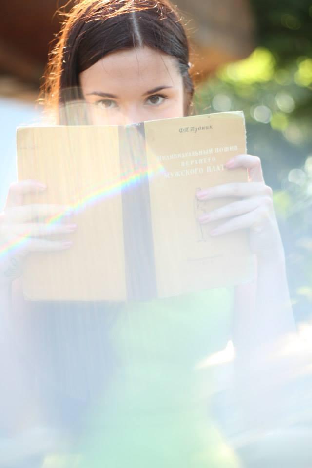 Девушки читают