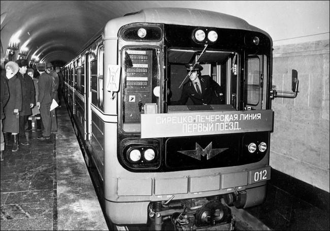 Запуск первого поезда на станции метро Золотые Ворота