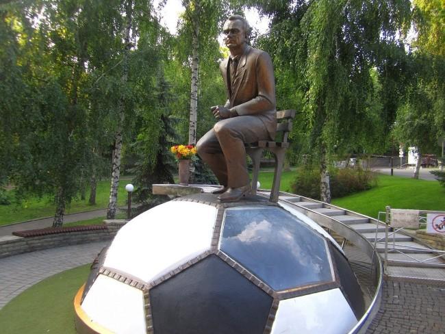 Памятник Валерию Васильевичу Лобановскому на стадионе Динамо