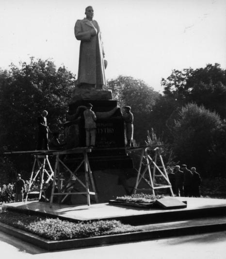 Памятник Ватутину в Киеве в 1948 году