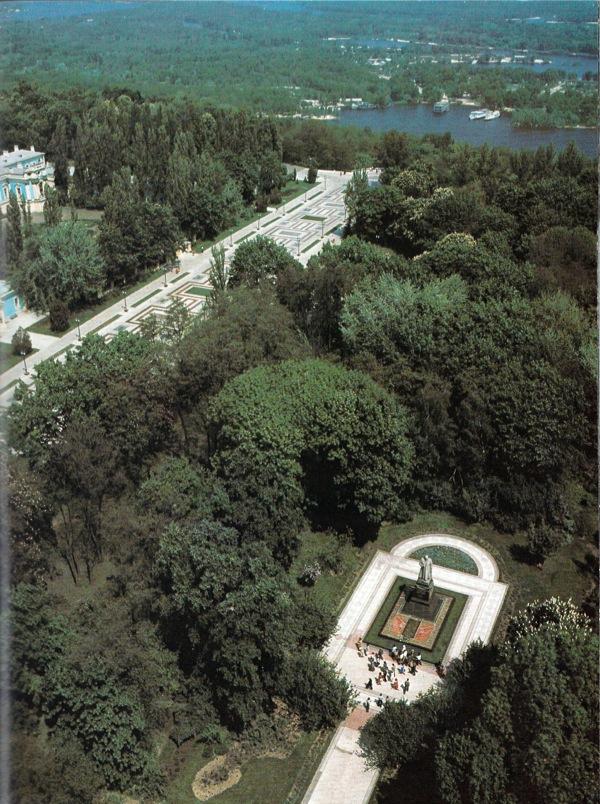 1980-е годы. Мариинский парк. Справа внизу - памятник генералу Ватутину.