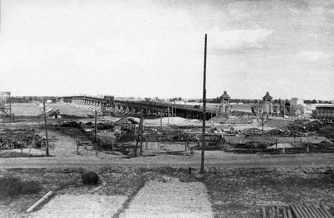 1940-е годы. Наводницкий мост, построенный в 1943-1944 годах. После постройки рядом моста Патона был разобран.
