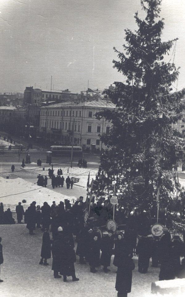 1955 год. Новогодняя елка. Площадь Независимости (Калинина). На заднем плане бывшее здание Дворянского собрания, разрушенное в 70-х для строительства Дома Профсоюзов.