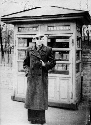 На Нижнем Валу у телефона-автомата в 56 году