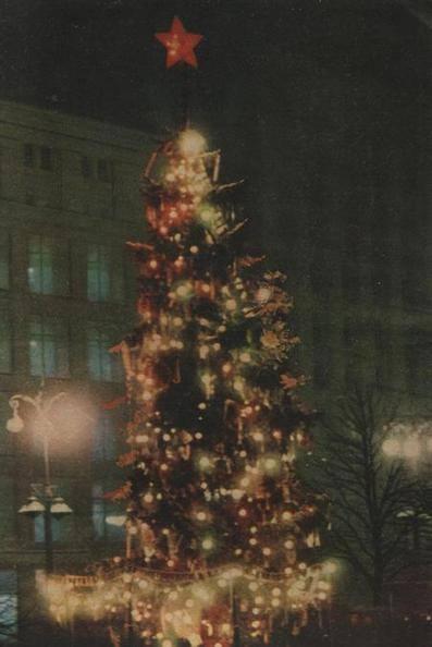 1960 год. Новогодняя елка у ЦУМа, Крещатик. Также в тот год были елки на площади Ленинского Комсомола и у высотки Дружба.