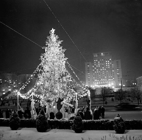 1962 год. Новогодняя елка на площади Октябрьской Революции (Независимости). На заднем плане гостиница Москва (ныне Украина).