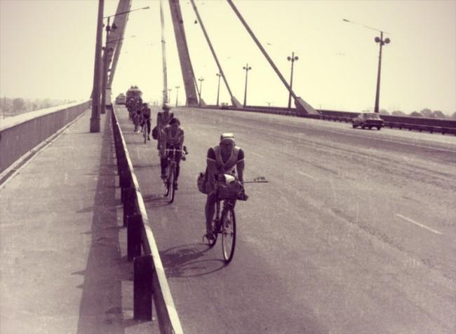 На велосипедах по киевскому Московскому мосту