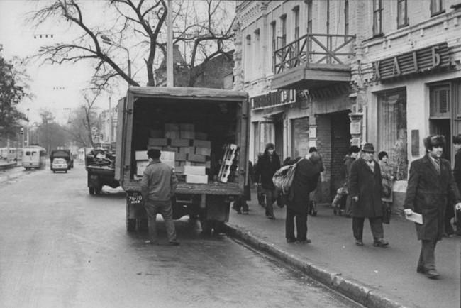 Комиссионный магазин, хлебный магазин, на Верхнем Валу в Киеве в 80-х годах