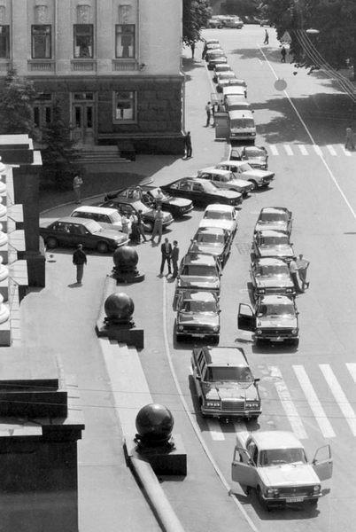 Машины у администрации Президента Украины в 93 году на Банковой улице