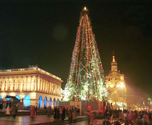 2001 год. Новогодняя елка на Майдане рядом со зданием консерватории