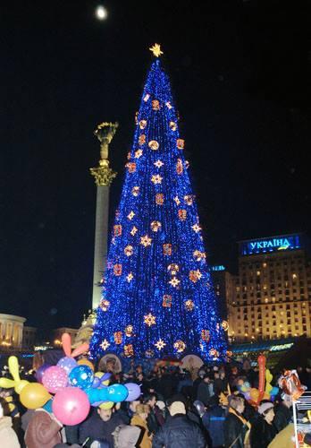 2005 год. Новогодняя елка на Майдане рядом со зданием консерватории