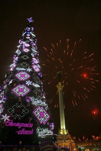 2011 год. Новогодняя елка на Майдане с обильным брендингом