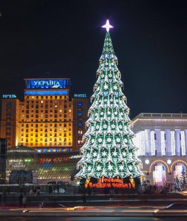 2013 год. Новогодняя елка на Майдане, на заднем плане консерватория и гостиница Украина
