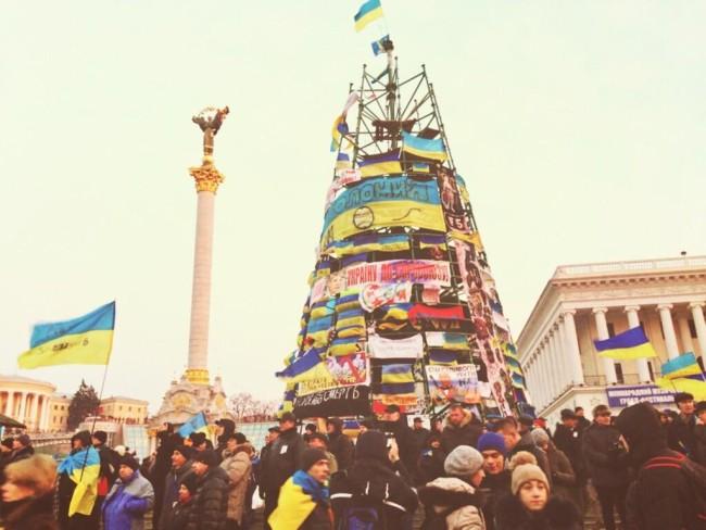 2014 год. Новогодняя елка на Майдане после событий разгона митинга протеста. Сборка елки не завершена, митингующие обклеили остов плакатами.