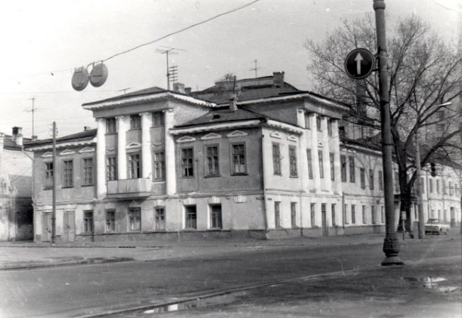 1980-е годы. Дом 5/13 на улице Набережно-Крещатицкая, обладает одинаковыми фасадами с двух сторон