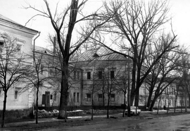 1980-е годы. Набережно-Крещатицкая улица. Бывший ЛИВТ - филиал Ленинградского института водного транспорта.