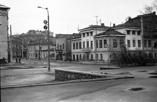 1990-е годы. Дом 5-13 на улице Набережно-Крещатицкая, обладает одинаковыми фасадами с двух сторон
