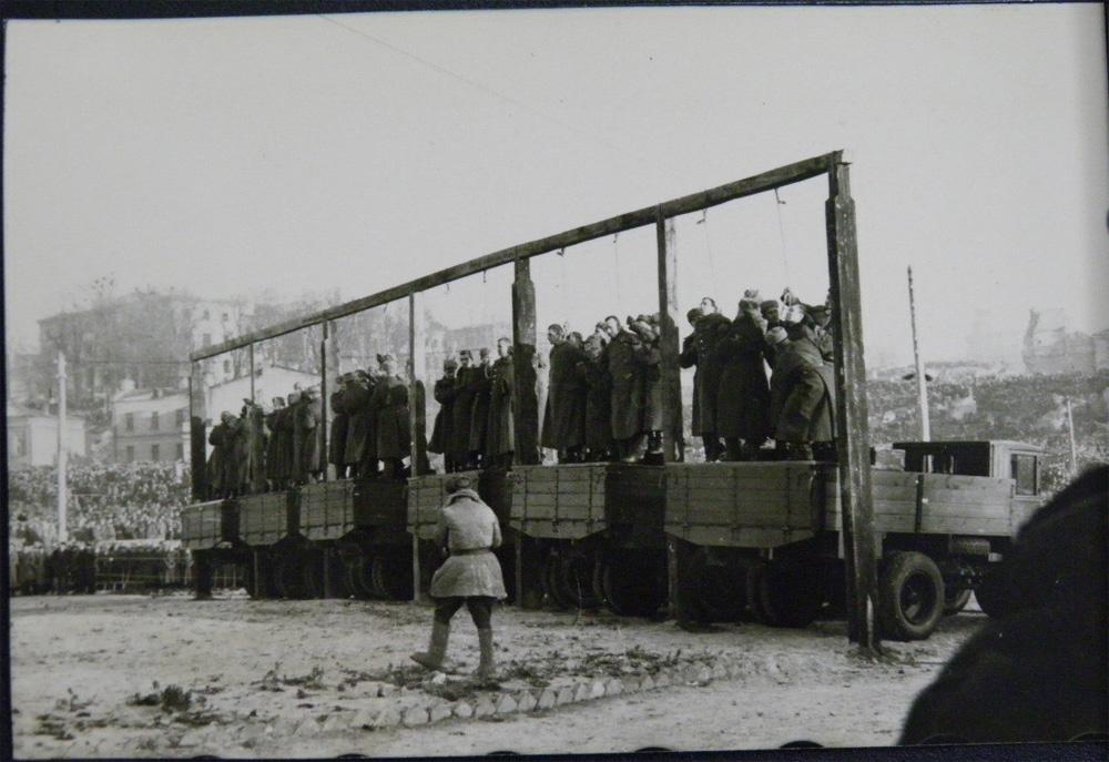 Подготовка к казни военных преступников в Киеве в 46 году на Майдане