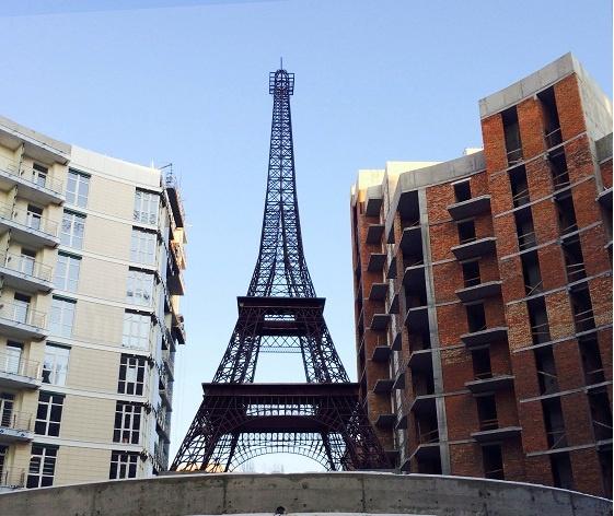 В Киеве построили 16-метровую копию Эйфелевой башни