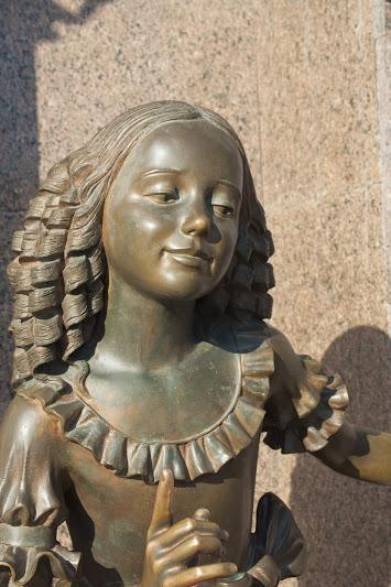 Скульптура у кукольного театра