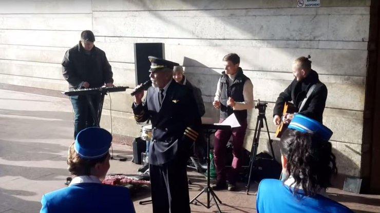 Вахтанг Кикабидзе поет в Киеве с уличными музыкантами