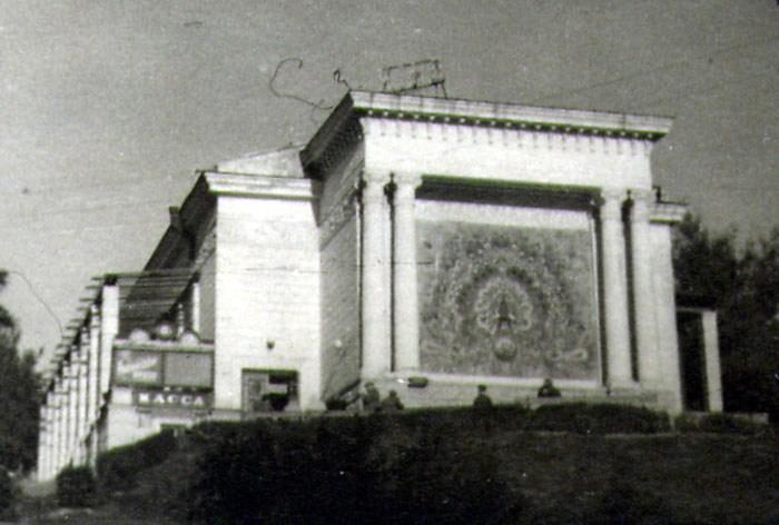 1930-е годы. Кинотеатр Пионер (на его месте теперь кукольный театр)