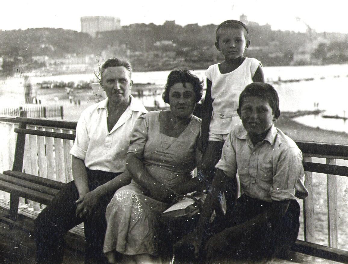 1938 год.  Вид на Правый берег со стороны пляжа. На переднем плане семья Игоря Семеновича Еремеева - отец, мать, сам Игорь Семенович и его старший брат.