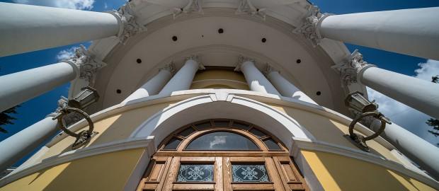 Будівля Інституту шляхетних дівчат (більш відома як Жовтневий палац)