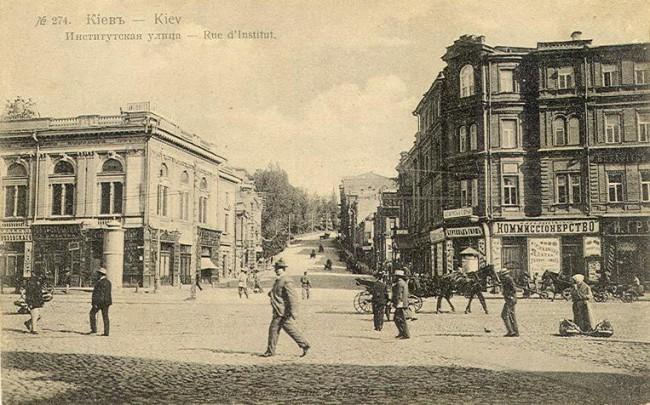 Київ, ріг вулиць Інститутської і Хрещатика, де у будинку №1 (не зберігся) розташовувалось Київське відділення Санкт-Петербурзького міжнародного комерційного банку